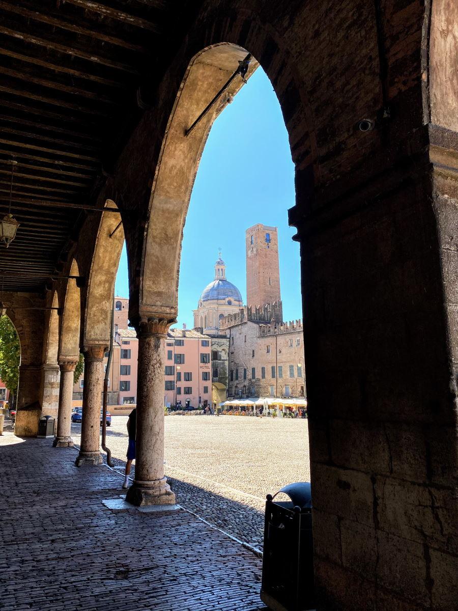 Piazza Sordello a Mantova in un giorno