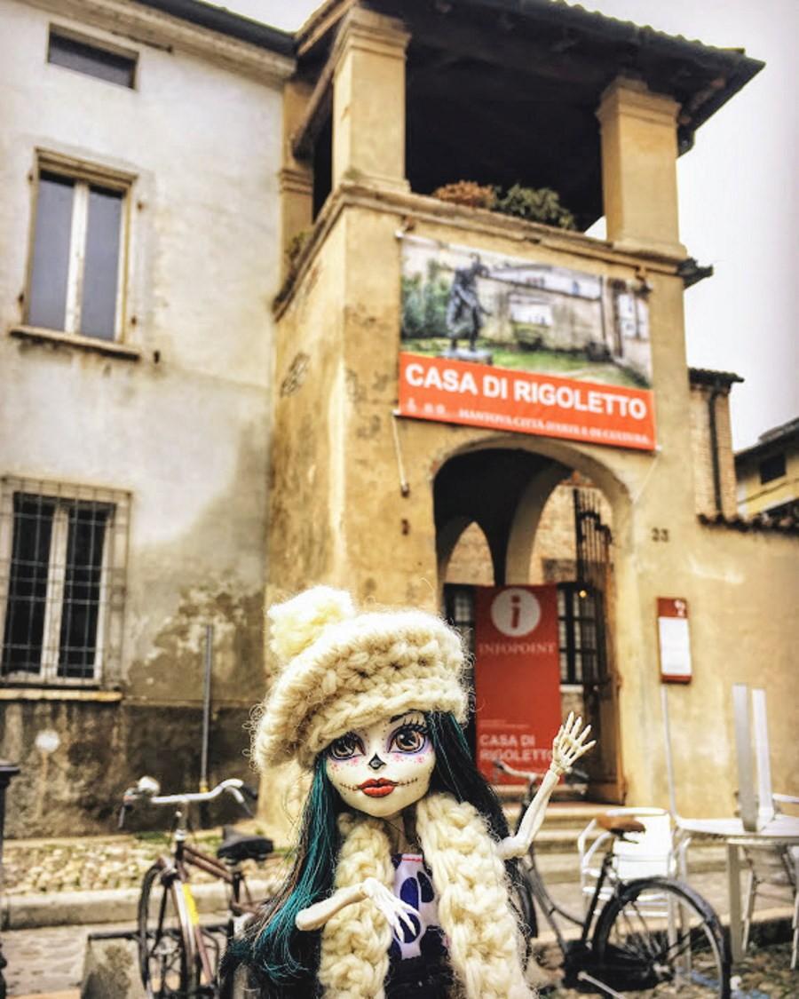 Crackita davvanti alla casa do Rigoletto in Mantova in un giorno