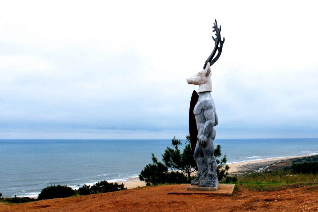 Cosa vedere a Nazaré Statua cervo surfista