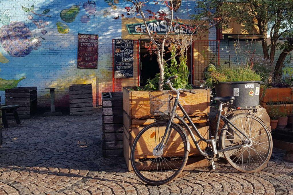Dove bere a Copenaghen Bar a Christiania con bici parcheggiata fuori