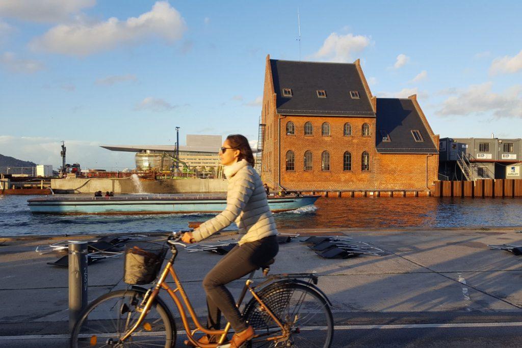 Donna in bici Cosa vedere a Copenaghen in due giorni