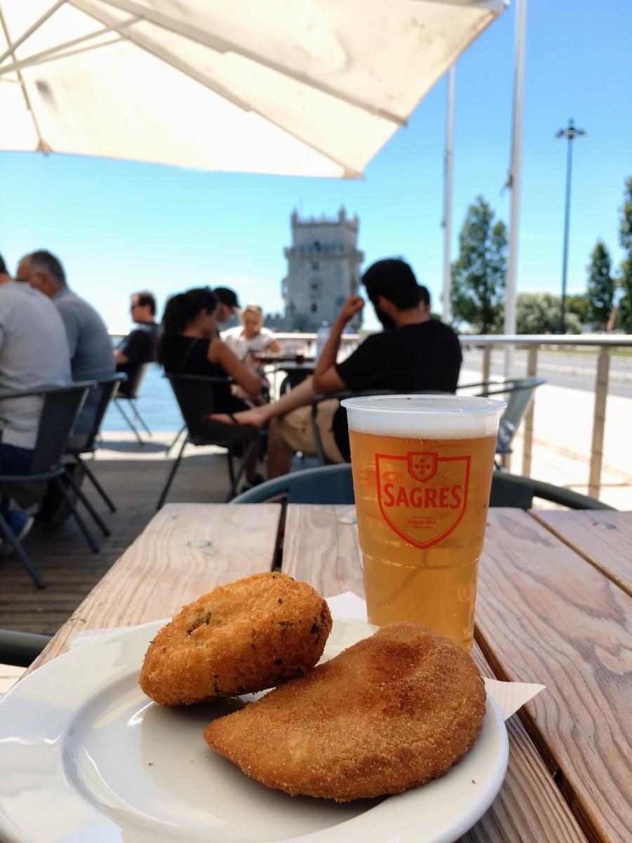 mangiare in portogallo - rissol, pastel de bacalhau e cerveja