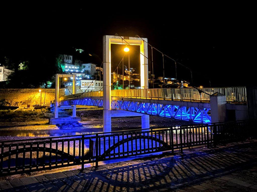 Coda vedere a Berat Ponte sospeso