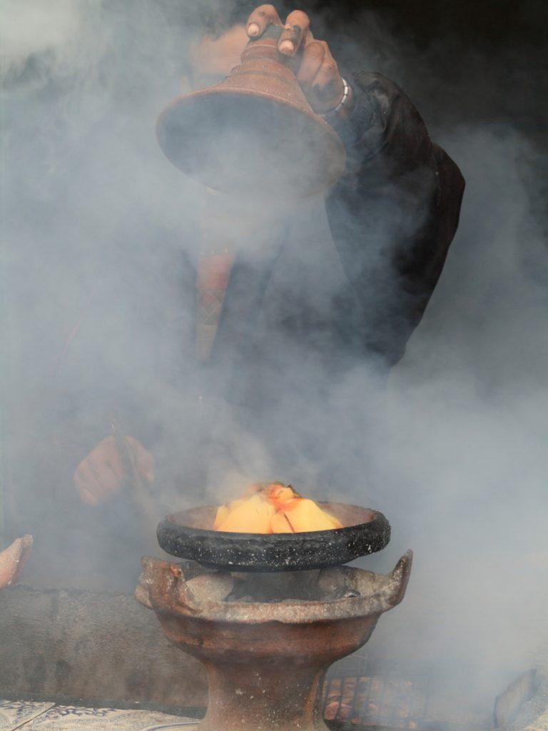 Tajine marrochina cuoco nel suq