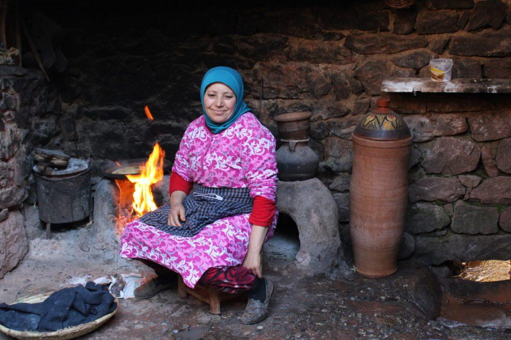 donna che cucina in Marocco