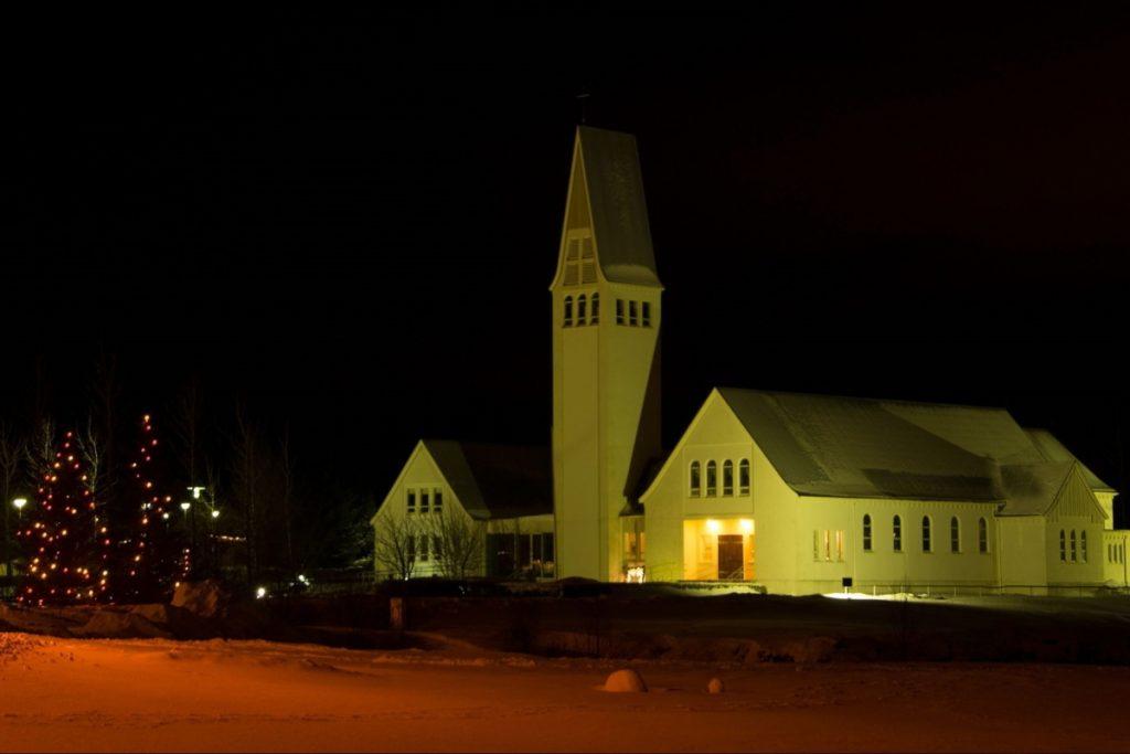 Chiesa e albero di Natale in Islanda