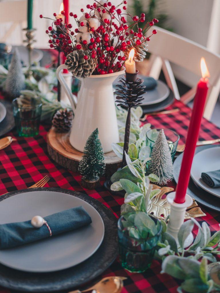 Tavolo apparecchiato per un Natale hygge