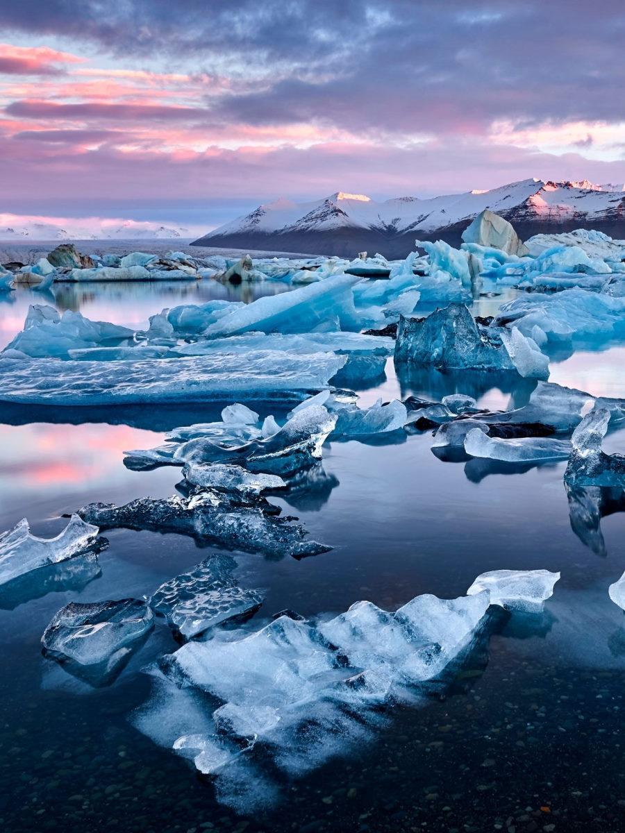 Tramonto sugli iceberg in Islanda