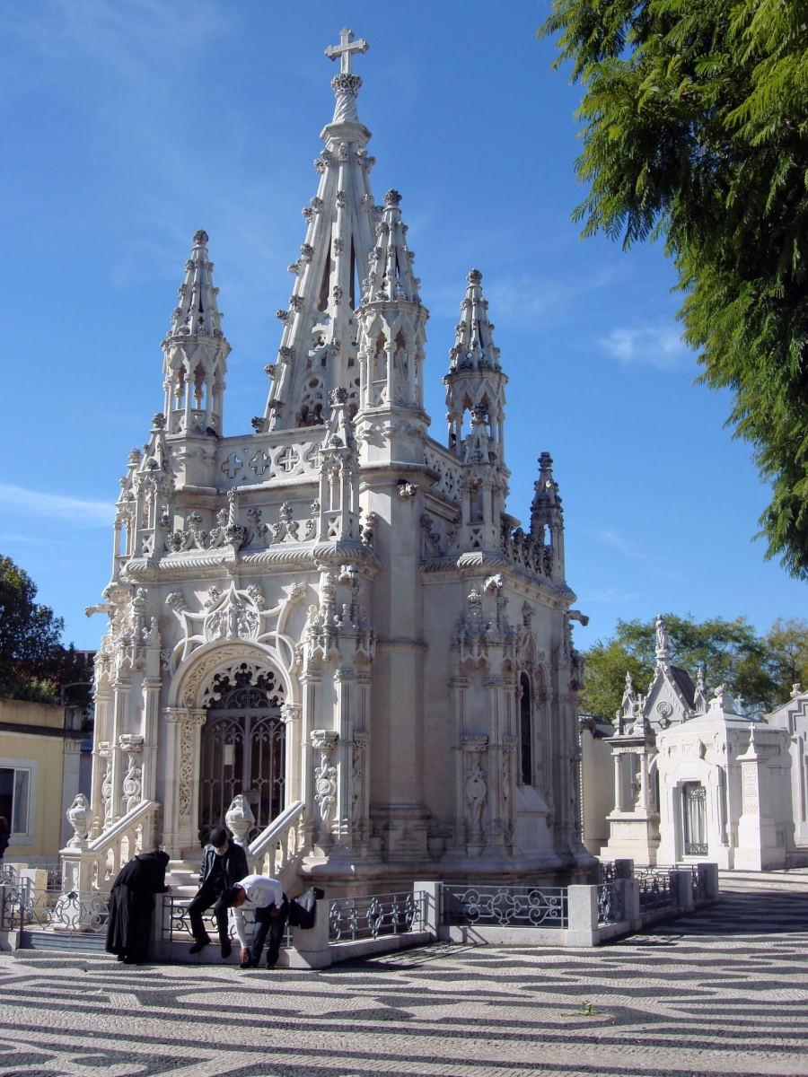 Cimitero Alto S. Joao - tomba in stile manuelino - cimiteri monumentali di lisbona