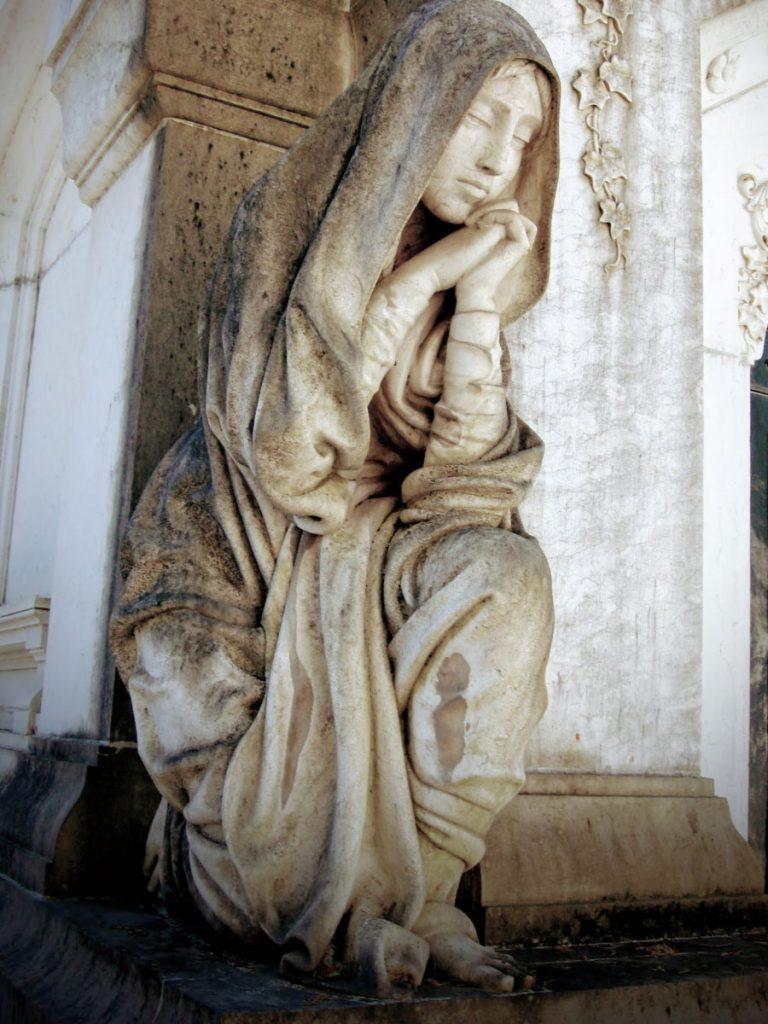 Cemiterio dos Prazeres statua