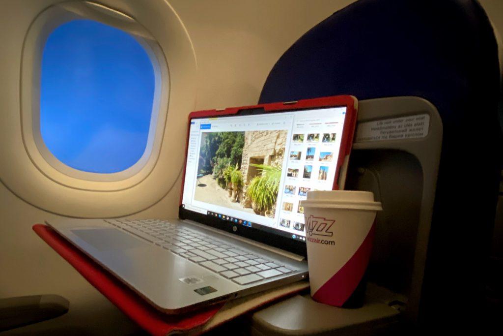 computer e finestrino aereo