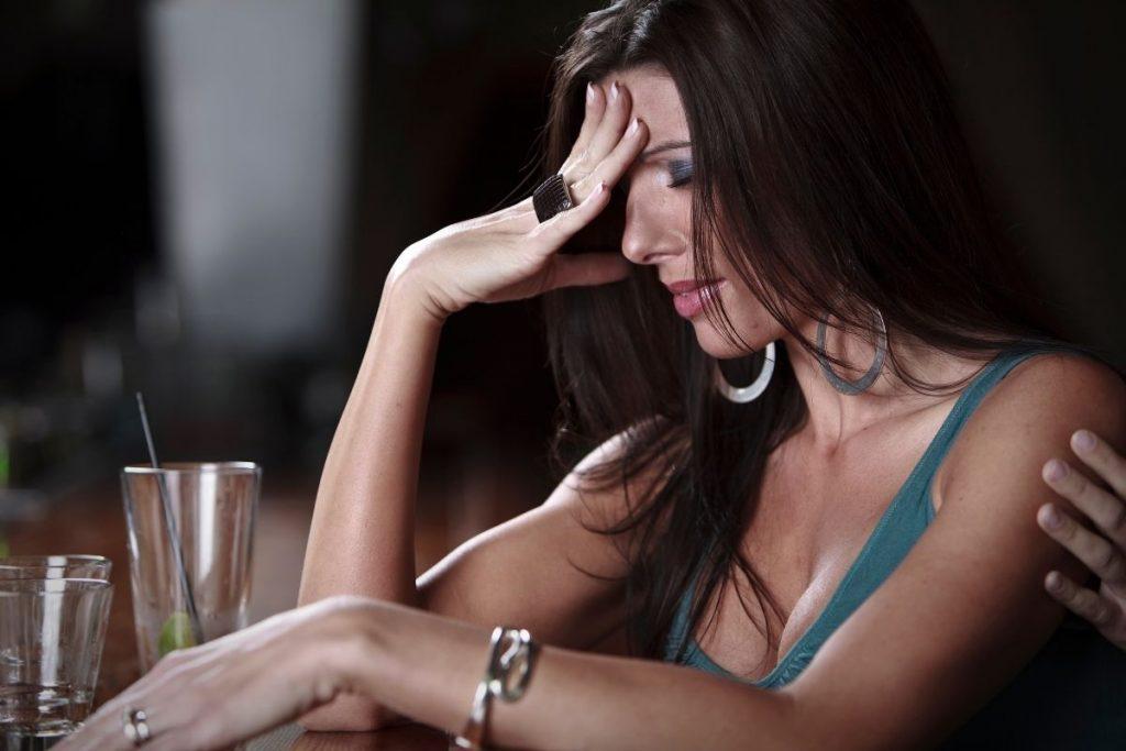 errori da non fare quando viaggi da sola - bere troppo