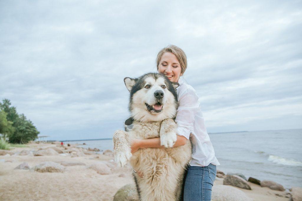 ragazza con il cane in vacanza