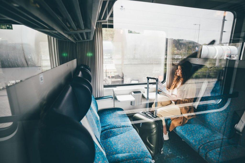Bon Ton in treno ragazza in treno